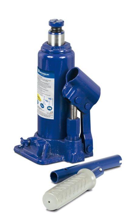 Le cric bouteille idéal pour remplacer votre vieux cric mécanique