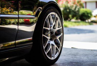 Outils pour changer une roue de voiture